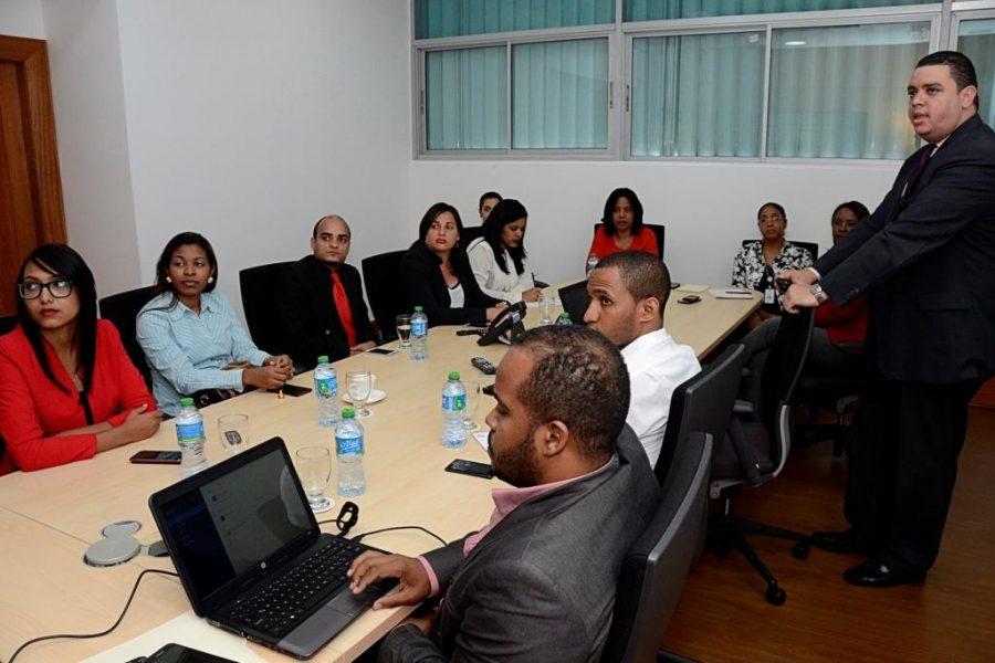 Colaboradores de OPTIC recibiendo taller sobre NOBACI
