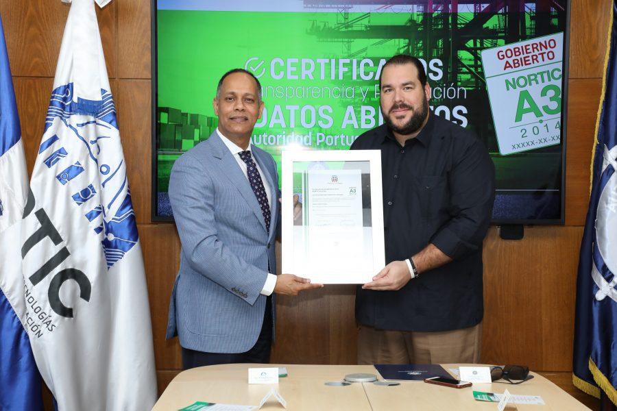 Director de OPTIC entregando certificación NORTIC a Director de Autoridad Portuaria Dominicana