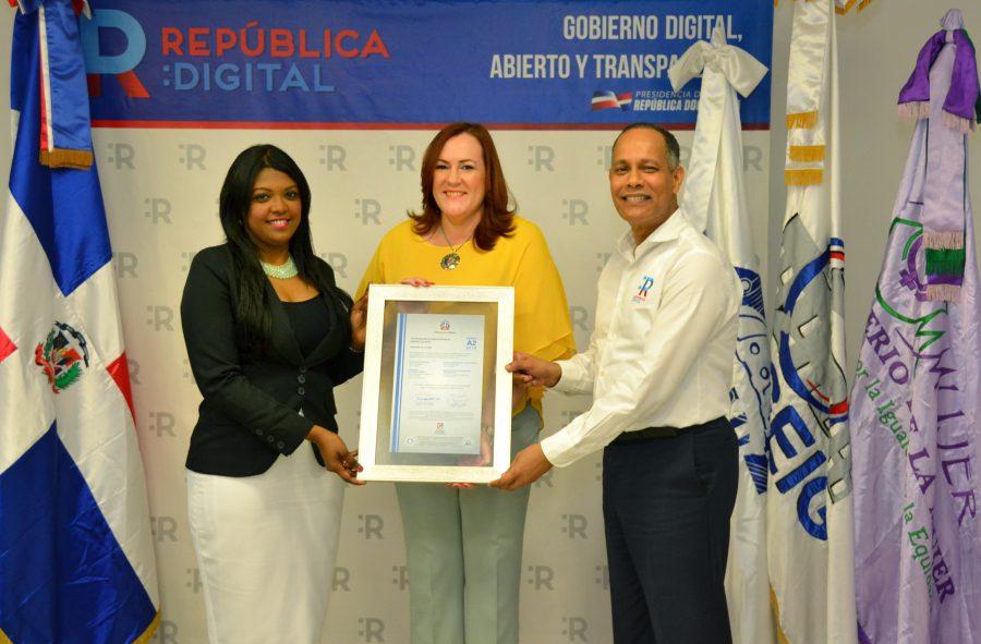 Director de OPTIC y representante de la DIGEIG entregan certificado NORTIC al Ministerio de la Mujer