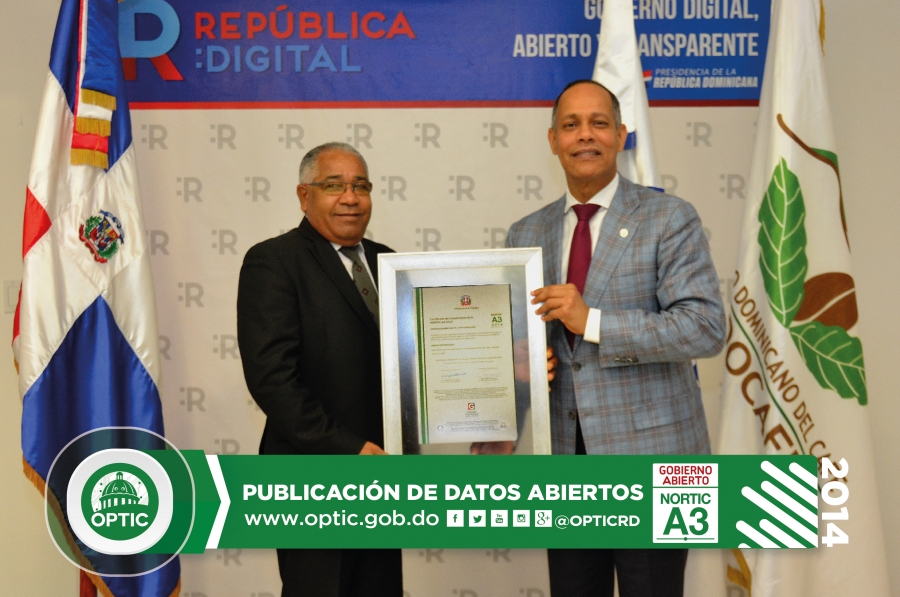Director de OPTIC entregando certificado NORTIC al director de CODOCAFE