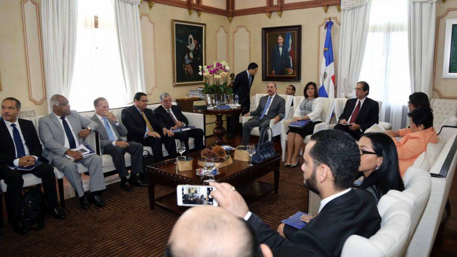 Funcionarios del gobierno en reunión con el Presidente Medina