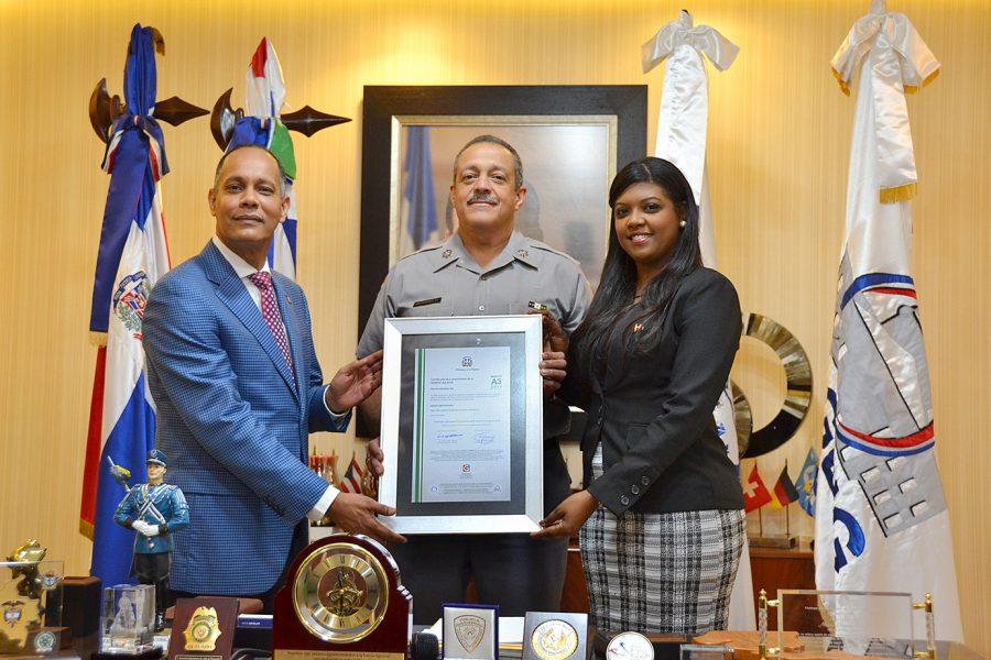 Director de OPTIC y representante de la DIGEIG entregan certificado NORTIC al jefe de la Policía Nacional