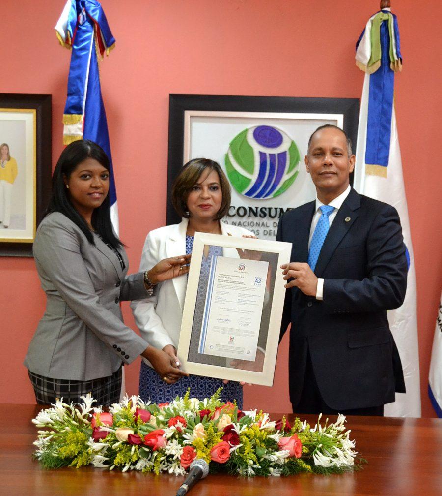 Director de OPTIC y representante de la DIGEIG entregan certificado NORTIC a directora de PROCONSUMIDOR