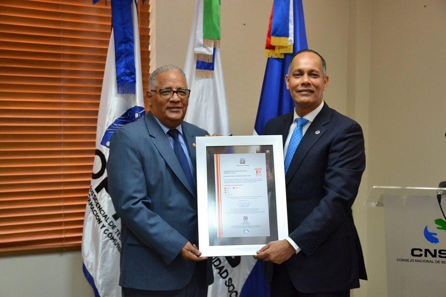 Director de OPTIC entrega certificación NORTIC al CNSS