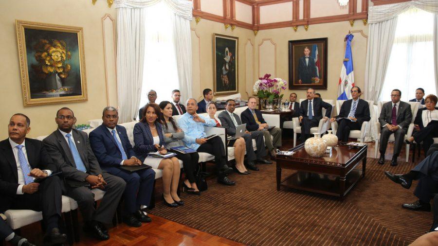 Reunión de funcionarios del gobierno junto al Presidente Medina