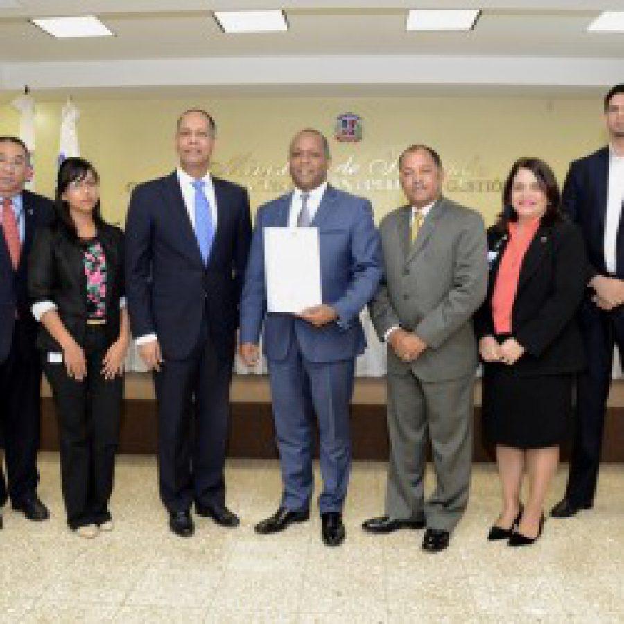 Director de OPTIC entrega certificado NORTIC a personal de Contraloría