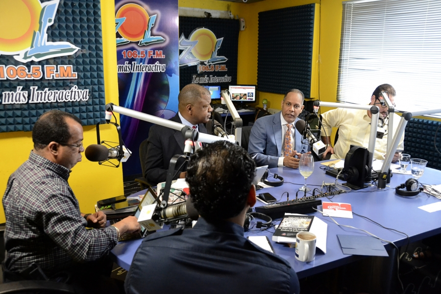 Director de la OPTIC participando en programa de radio