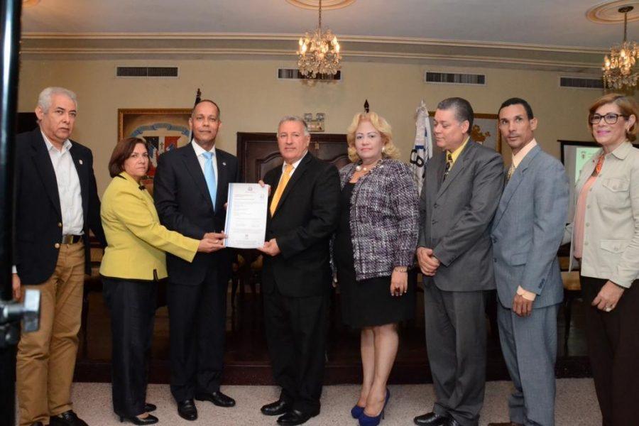 Director de la OPTIC en compañia de colaboradores del Ayuntamiento de Santiago, entregando certificación NORTIC