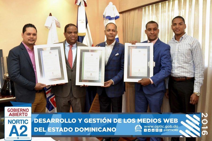 Director de OPTIC entregándole certificados NORTIC a MIDEREC