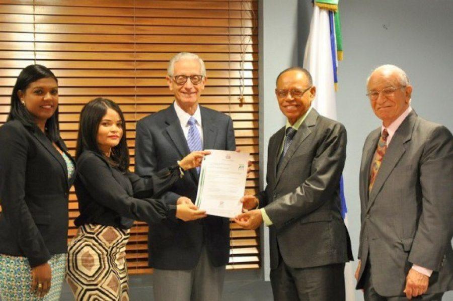 Gerente de Normas y Estándares y personal de la DIGEIG entregan certificación NORTIC a la TSS