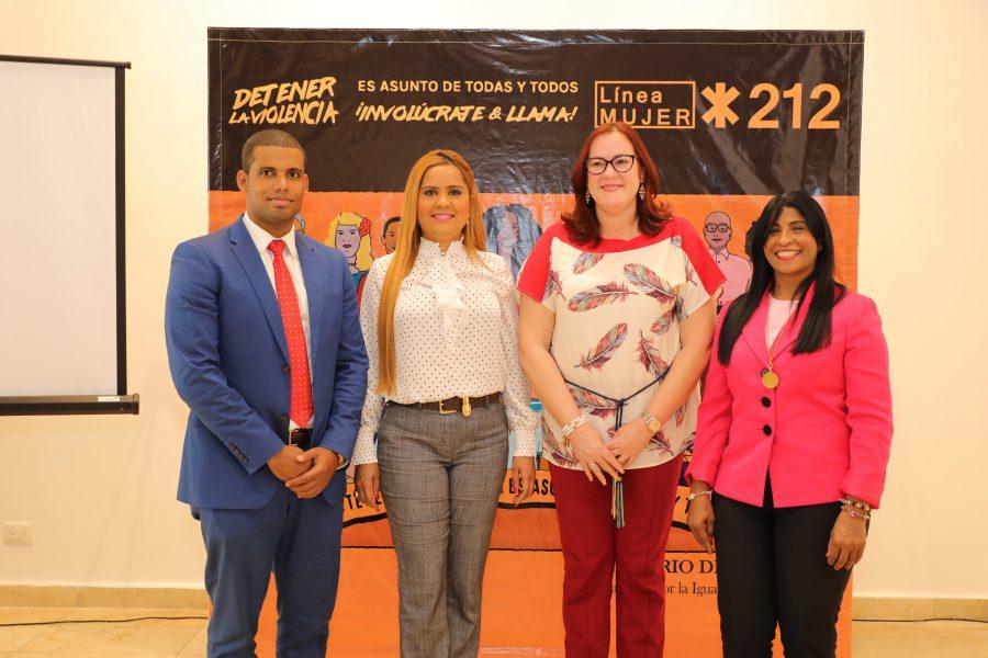 Directora del Centro de Atención Ciudadana junto a miembros del Ministerio de la Mujer