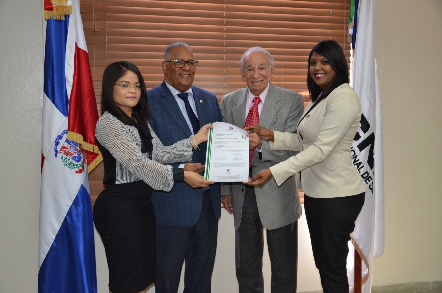 Gerente de Normas y Estándares y representante de la DIGEIG entregan certificación NORTIC al CNSS