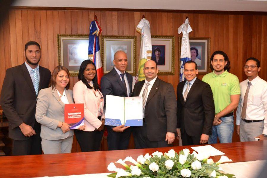 Miembros de OPTIC y DIGEIG entregan certificado NORTIC a CONANI