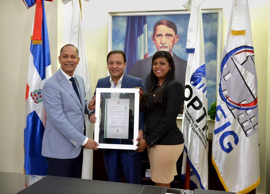 Director de OPTIC y representante de la DIGEIG entregan certificación NORTIC a alcalde de Santiago
