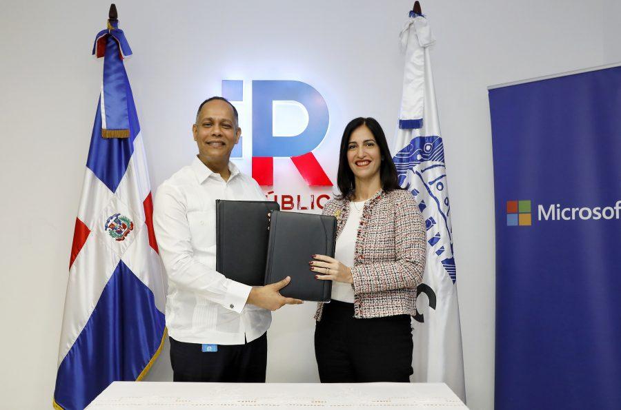 Director de OPTIC y Microsoft firman acuerdo