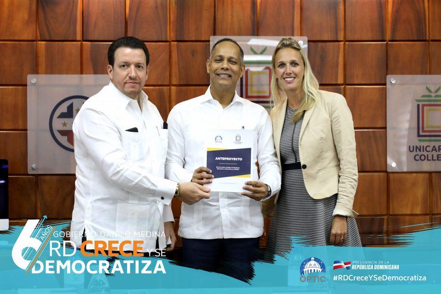 Director de la OPTIC junto a miembros de UNICARIBE