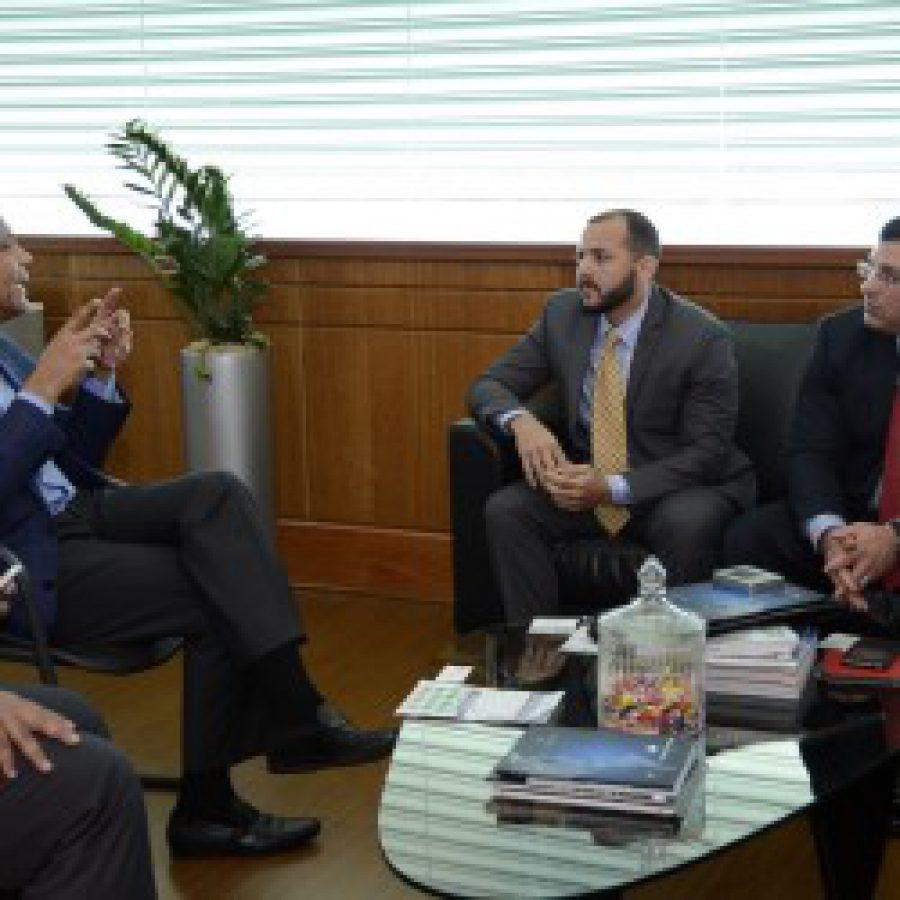 Director de OPTIC en su despacho junto a delegación de Puerto Rico