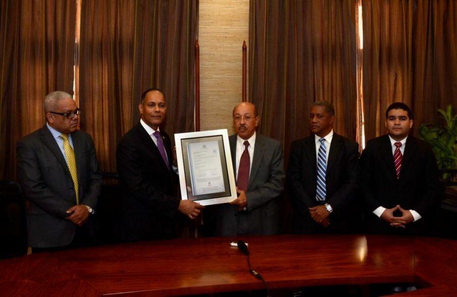Director de OPTIC entrega certificado NORTIC a representantes del MEPyD
