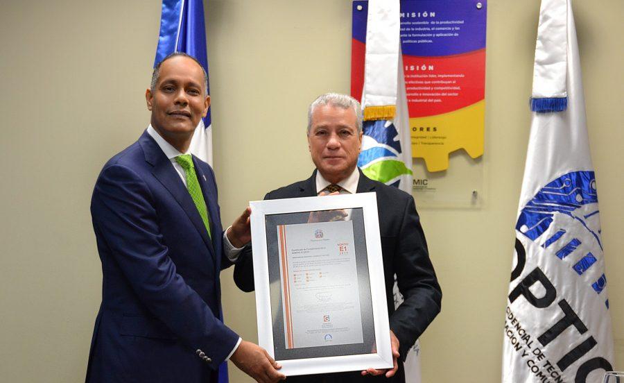 Director de OPTIC entregando certificado NORTIC a Industria y Comercio