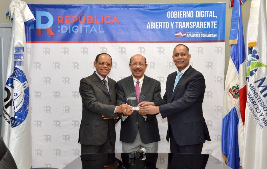 Funcionarios del gobierno en representación de República Dominicana, reciben premio a la mejor innovación cultural