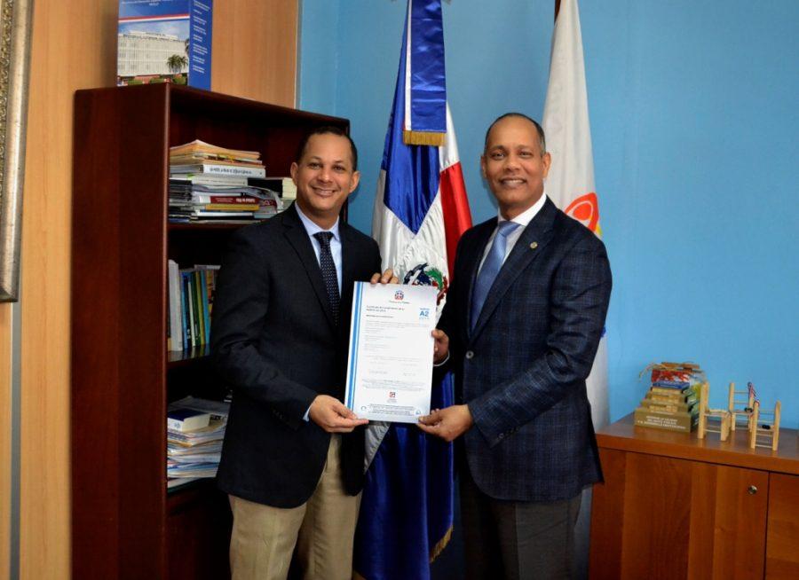 Director de la OPTIC entrega certificado NORTIC al Ministro de la Juventud