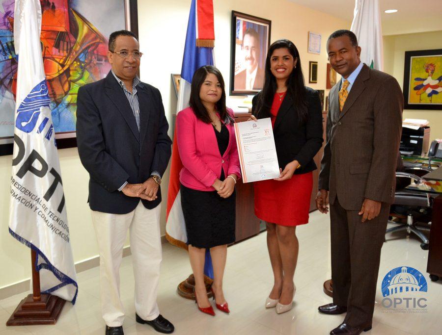 Representantes de OPTIC entregan a CPADB certificación NORTIC