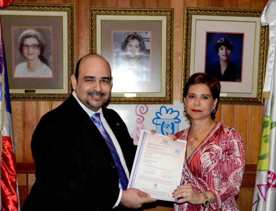 Representante de OPTIC entrega certificación NORTIC a directora de CONANI