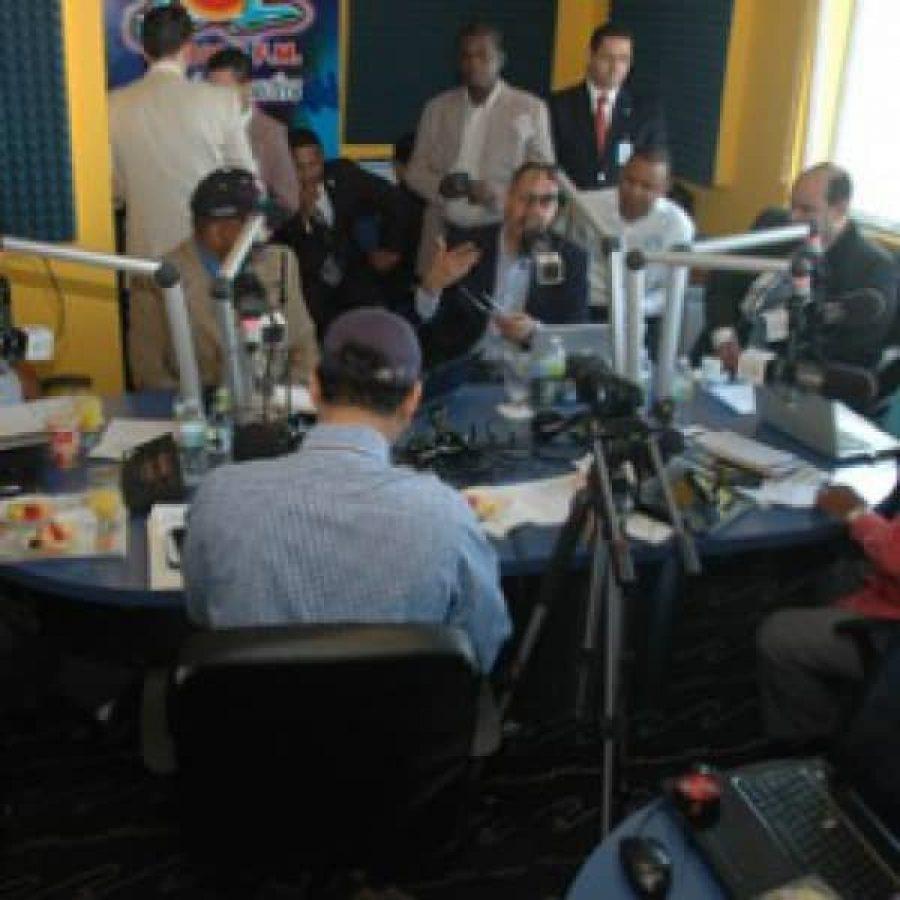 Funcionarios de OPTIC en programa de radio