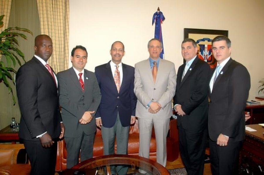 Director de OPTIC junto a ejecutivos de INTEL