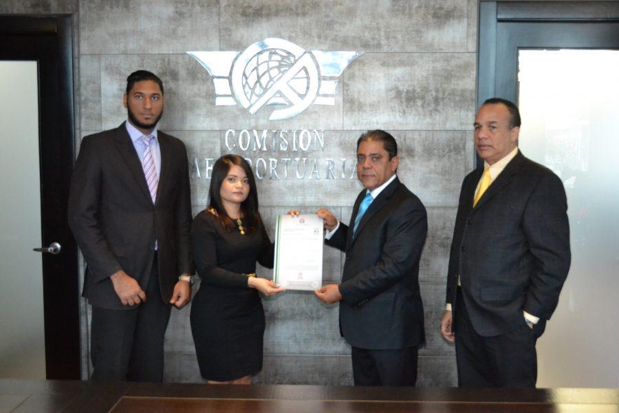 Gerente de Normas y Estándares entrega certificación NORTIC al Departamento Aeroportuario