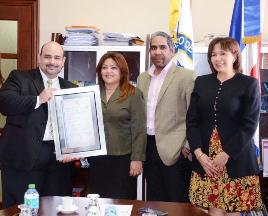 Director Técnico entrega certificación NORTIC a MIP