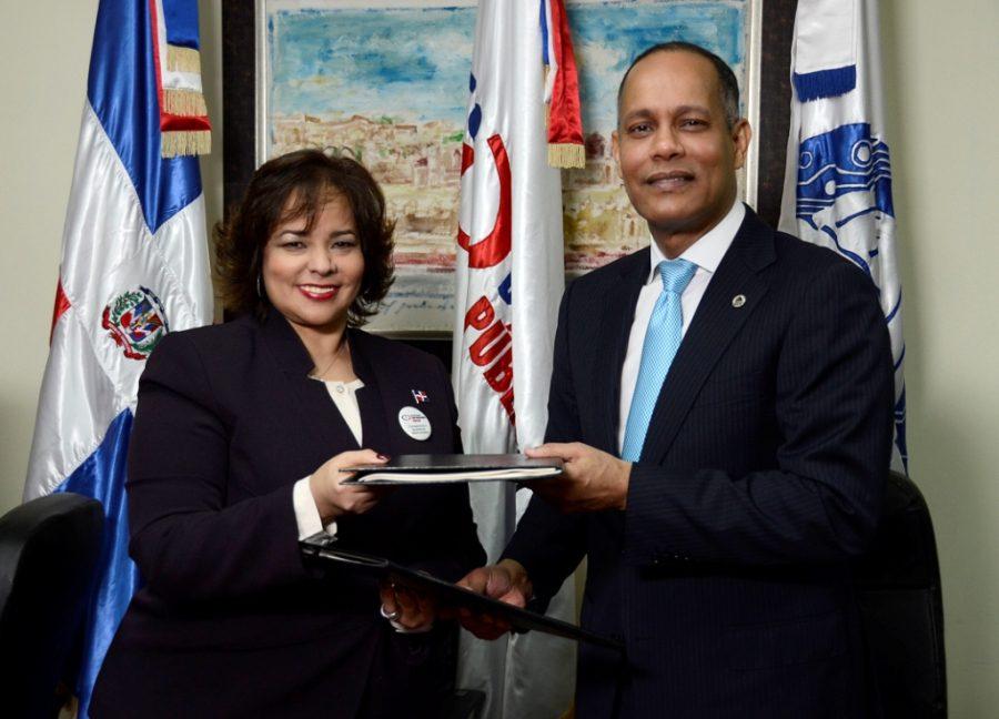 Director de la OPTIC firma acuerdo con la Directora de Contrataciones Públicas