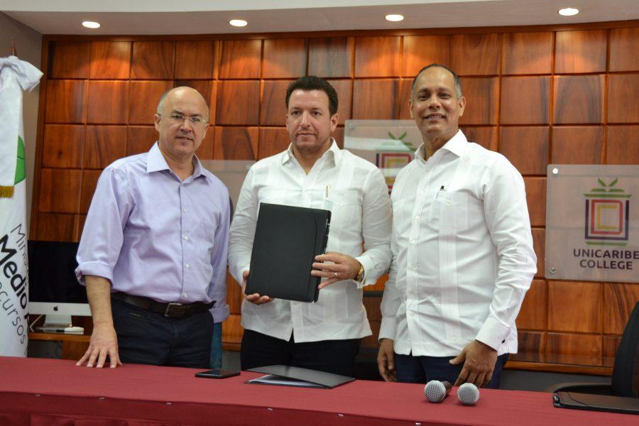 Incumbentes de Medio Ambiente, UNICARIBE y OPTIC firmando acuerdo