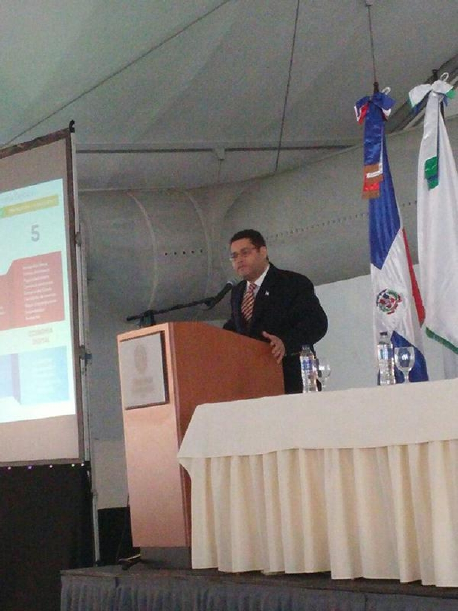 Director de Estudios, Investigación y Estrategia de Gobierno Electrónico de la OPTIC exponiendo