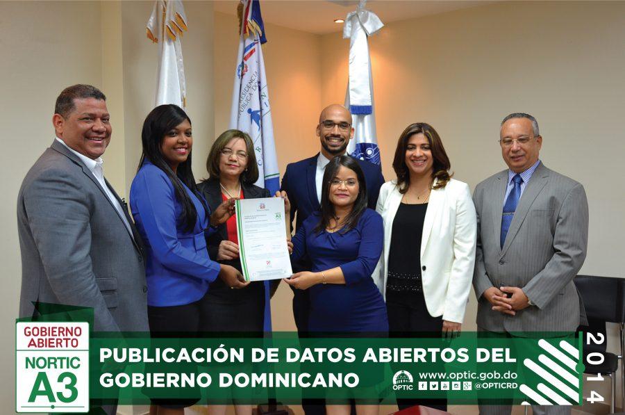 Gerente de Normas y Estándares entregando certificado NORTIC a PROSOLI