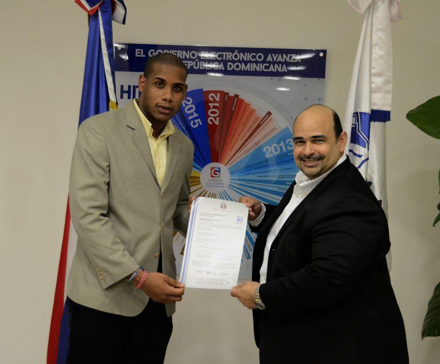Paolo Gómez entrega certificación NORTIC a representante de la CPADB