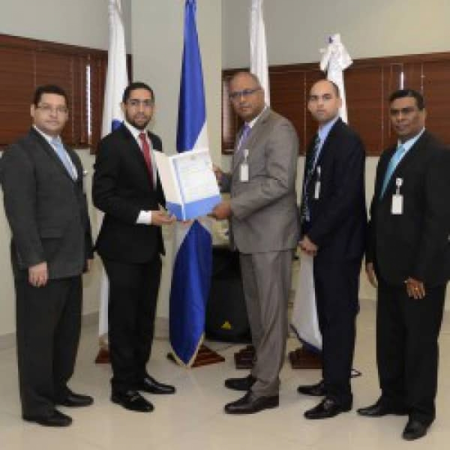 Miembros de OPTIC entregan certificación NORTIC al HMRA