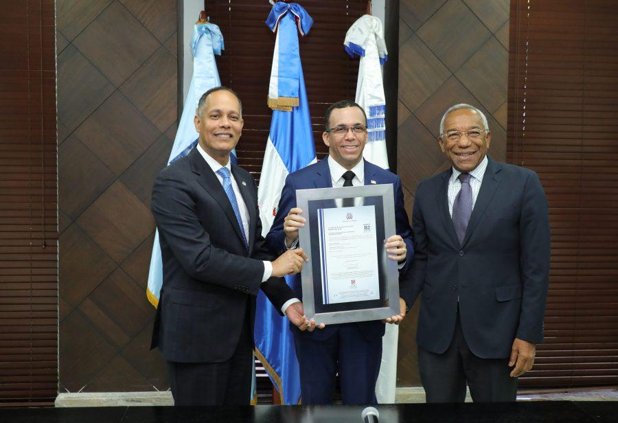 Director de OPTIC y de CONADIS entregando certificado de NORTIC B2 a Ministro de Educación