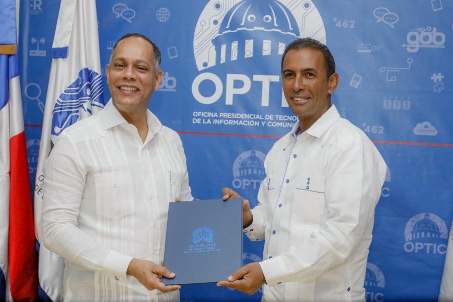 Director de OPTIC firma acuerdo con Director de DIGEPEP