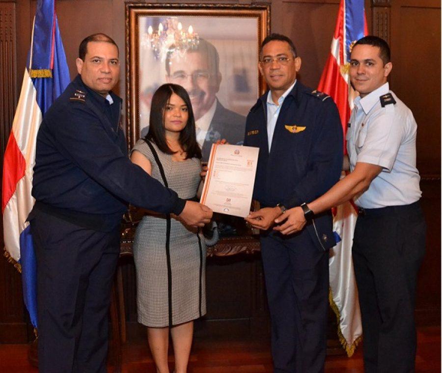 Gerente de Normas y Estándares entrega certificación NORTIC a la Fuerza Aérea Dominicana