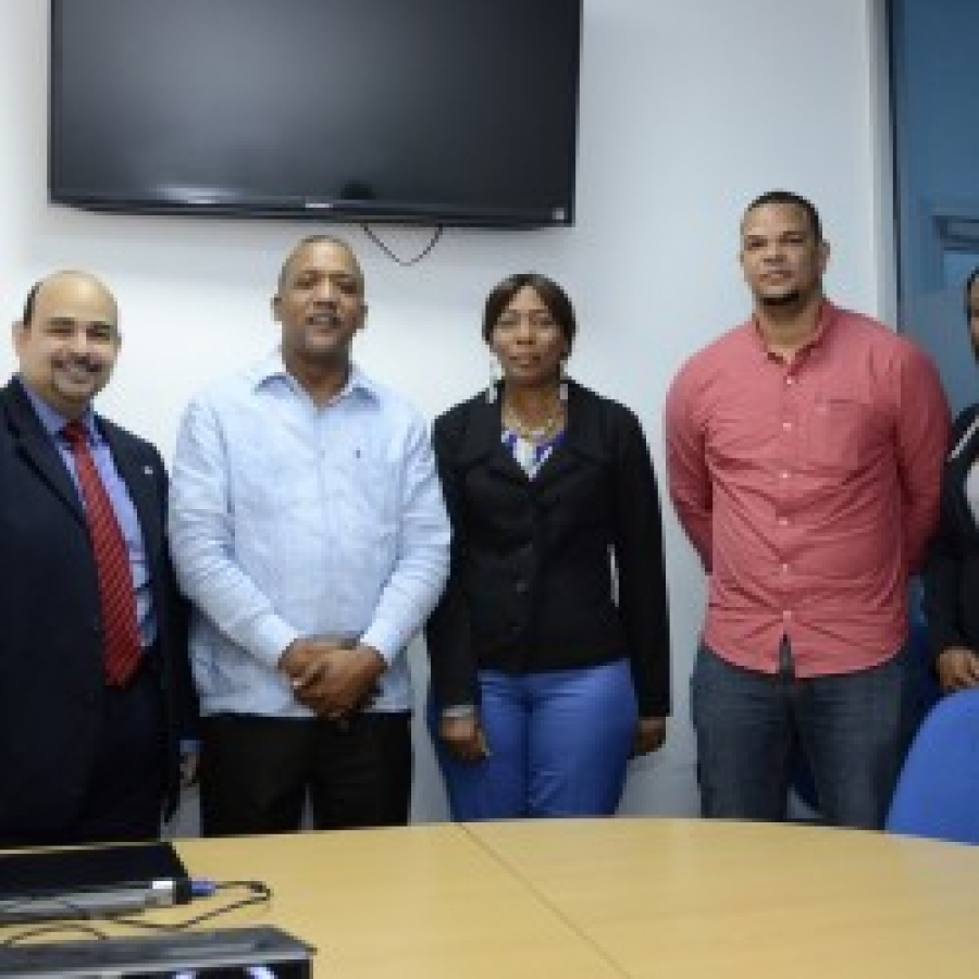 Paolo Gómez junto al personal del Hospital Traumatológico y Quirúrgico Profesor Juan Bosch