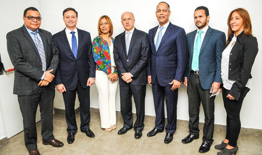 Director de la OPTIC junto a colaboradores de la Procuraduría General de la República