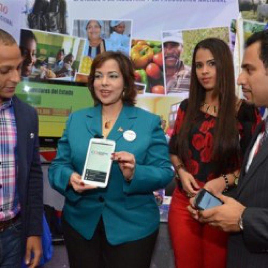 Directora de Contrataciones Públicas mostrando app móvil