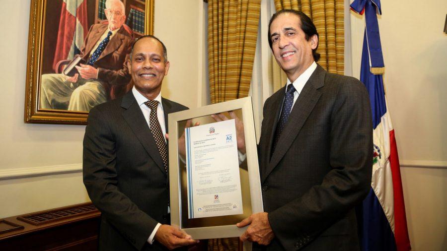 Director de la OPTIC entrega certificado NORTIC al Ministro de la Presidencia