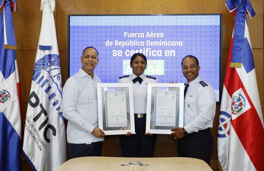 Director de OPTIC entrega certificados NORTIC a miembros de la Fuerza Aérea
