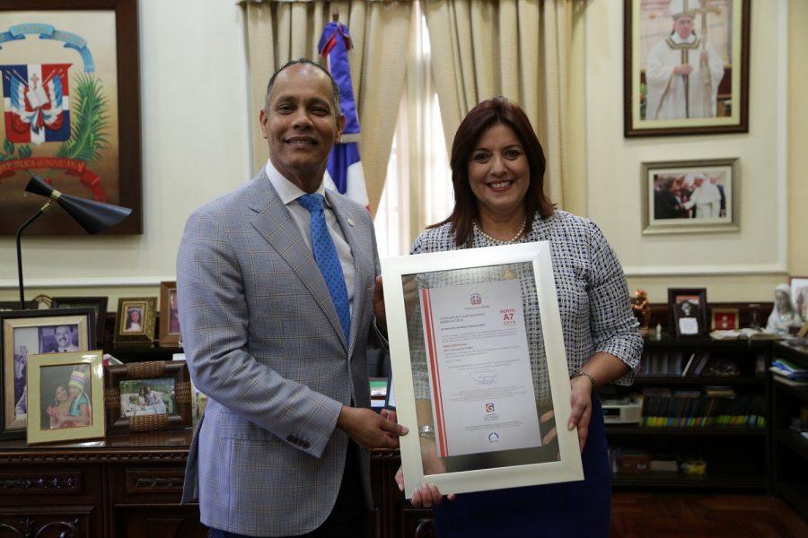 Director de OPTIC entrega certificado NORTIC a SIUBEN