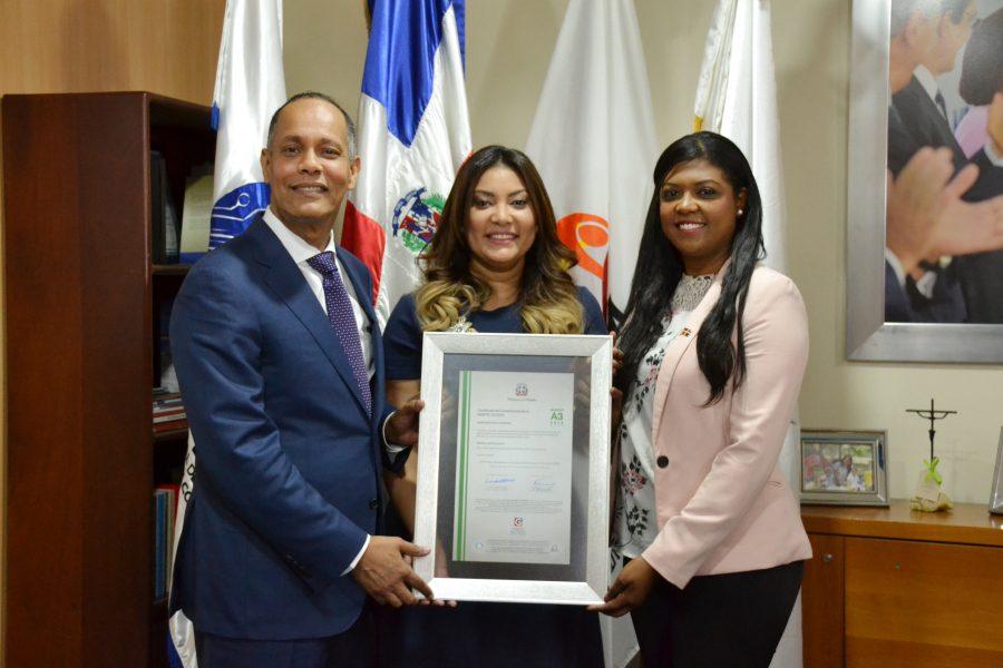 Director de OPTIC y representante de la DIGEIG entregan certificación NORTIC a Ministra de la Juventud