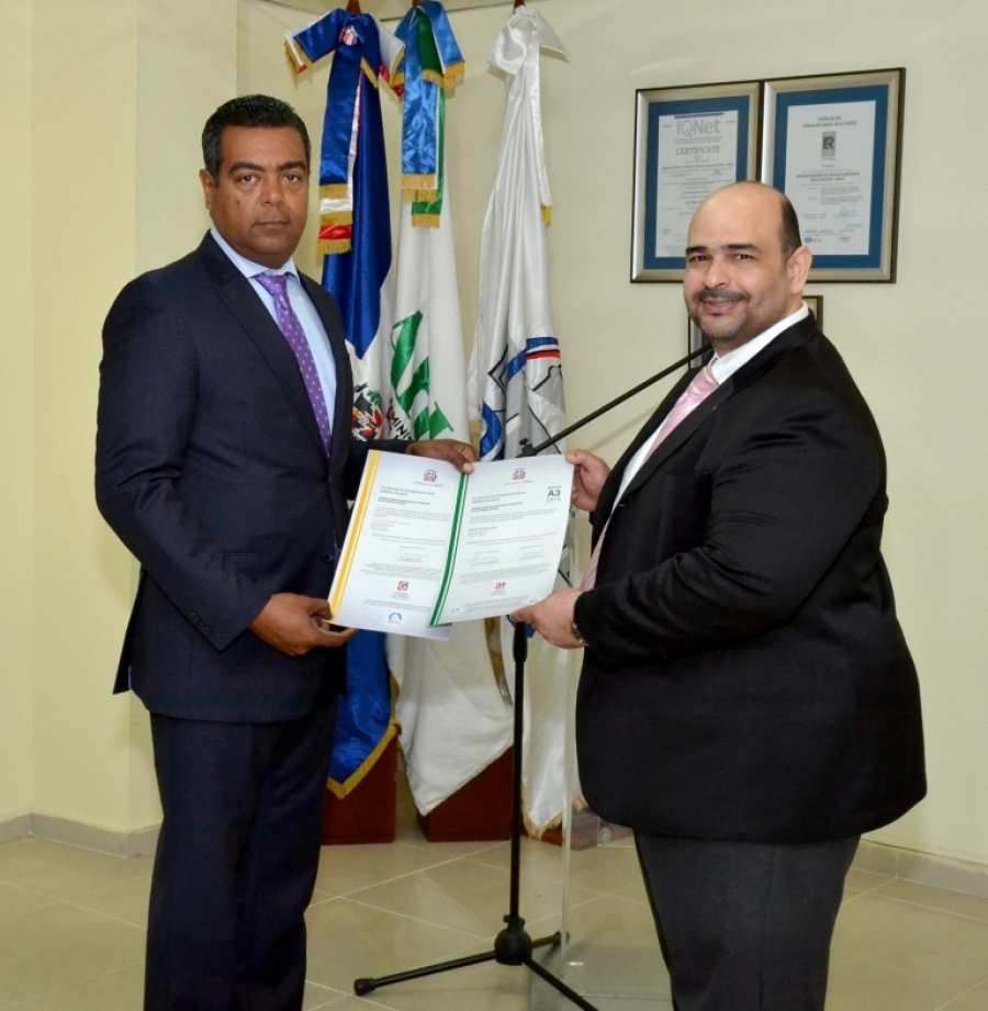 Director Técnico de OPTIC entrega certificado NORTIC al director de ARL Salud Segura