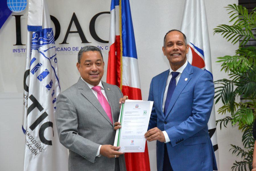 Director de OPTIC entrega certificado NORTIC al IDAC
