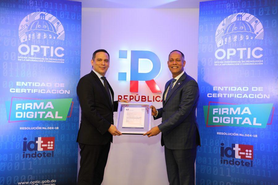 Presidente del INDOTEL entregando a Director de la OPTIC autorización para operar como Entidad Certificadora